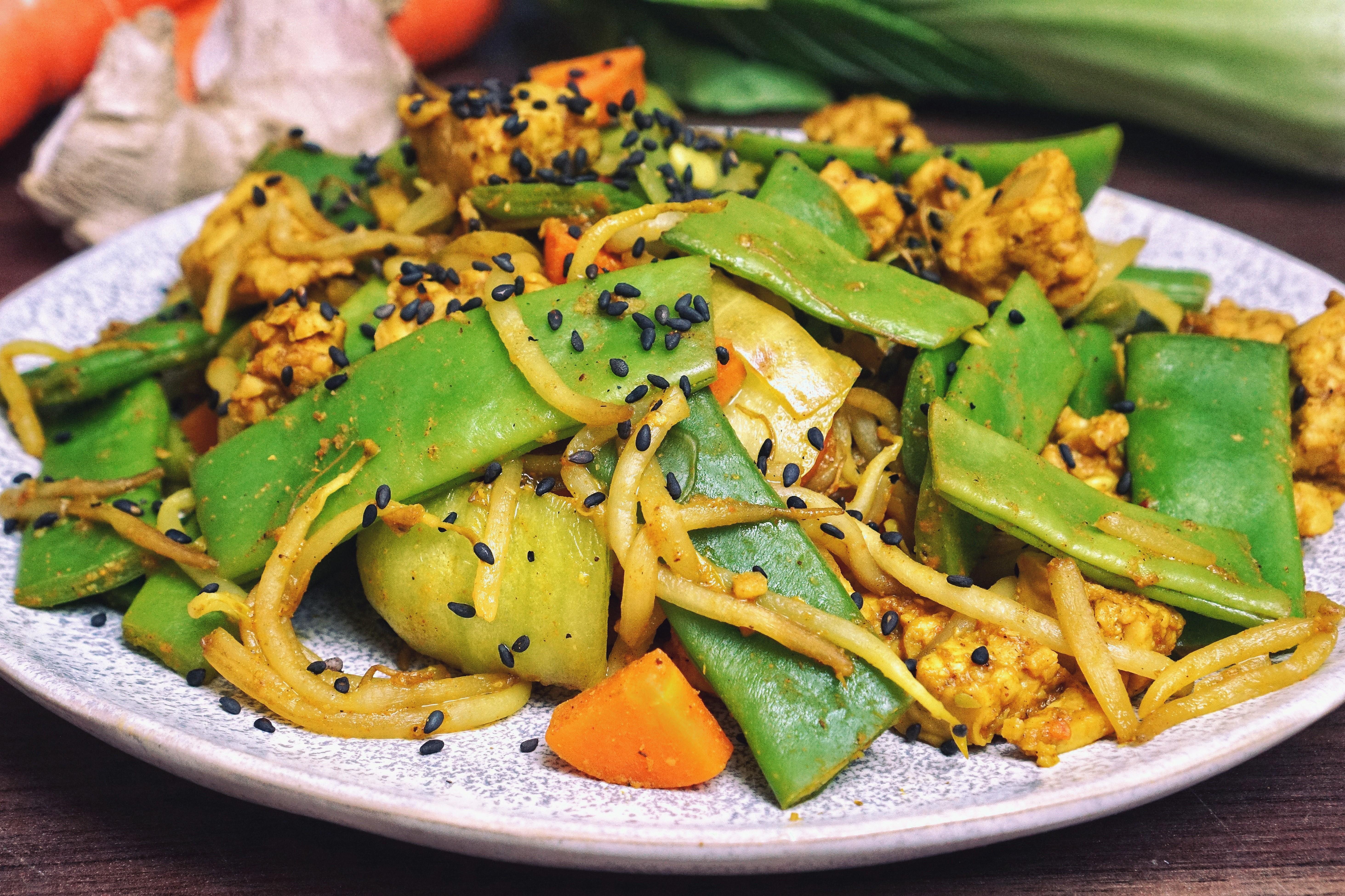 Teller mit Asia Gemüse-Pfanne mit Tempeh.