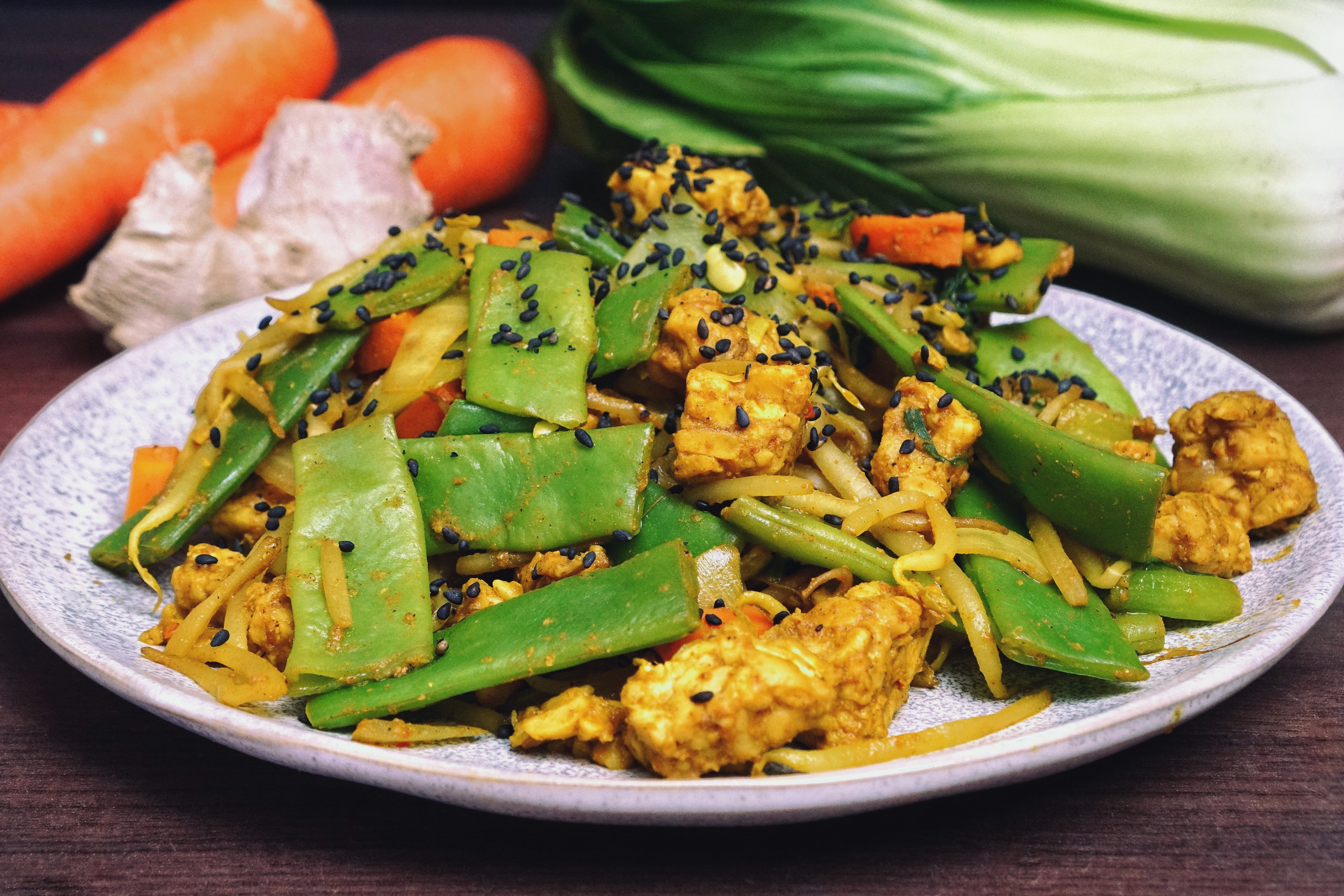 Teller mit Asia Gemüse und Tempeh.