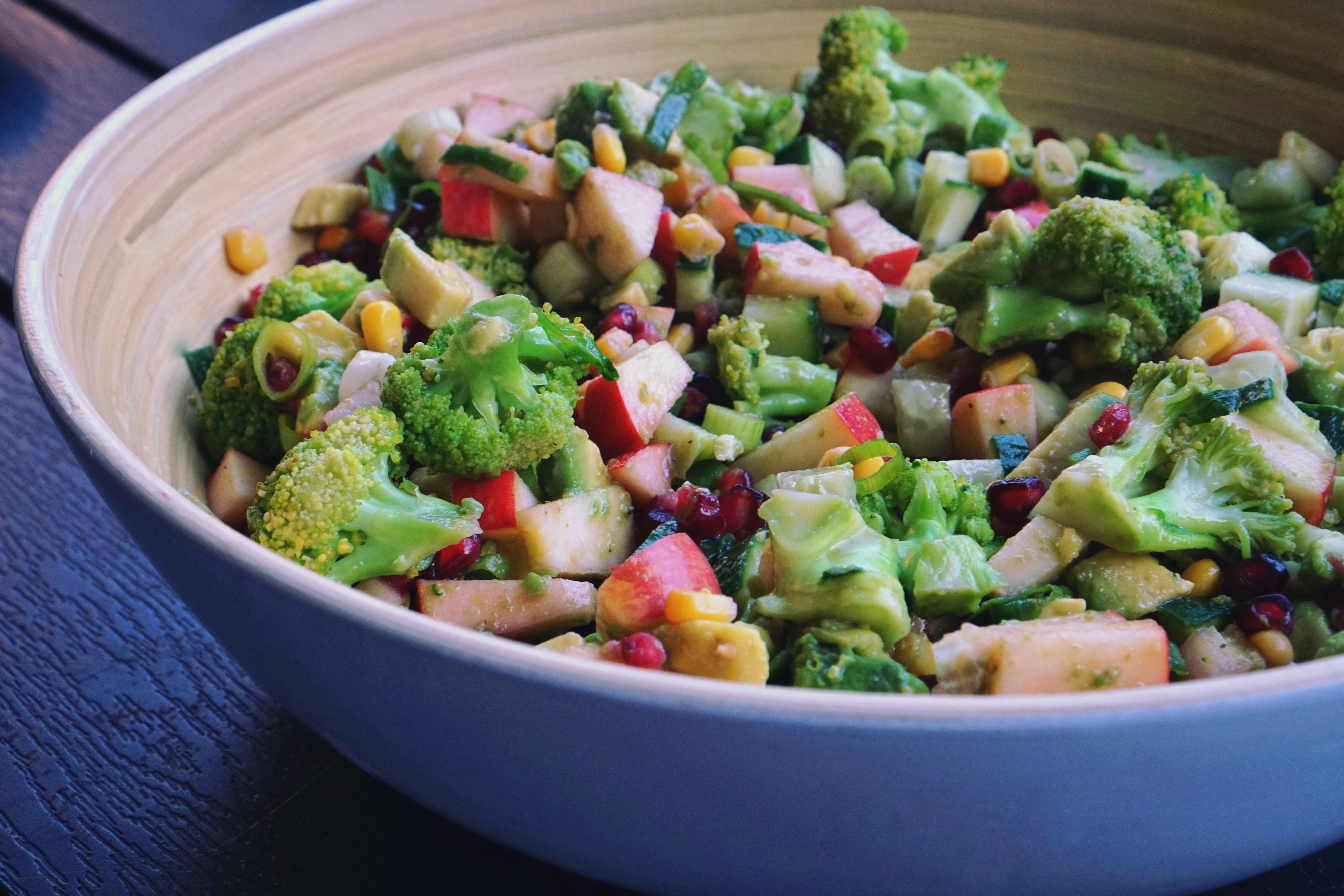 Bunter Brokkoli Salat in einer großen Schüssel.