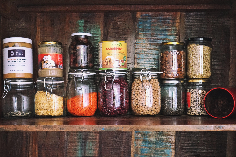 Hülsenfrüchte: rote Linsen, Kidneybohnen, Kichererbsen, Sojaflocken Nüsse, Samen: Erdnussmus, Tahin, Sonnenblumen- und Kürbiskerne, Mandeln, Chiasamen Getreide: Buchweizen, Quinoa Trockenfrüchte: Datteln, Rosinen (Carobpulver ist ein Kakaoersatz gewonnen aus der Frucht des Johannisbrotbaums)